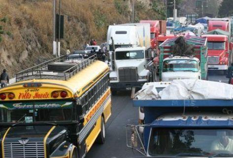 Vehículos de todo tipo quedaron varados en la cuesta de Villalobos, Villa Nueva. (Foto Prensa Libre: Daniel Herrera)