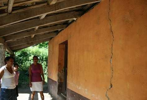 Varias casas se han agrietado como consecuencia de   la serie de sismos que afecta a Santa Rosa desde el  19 de julio recién pasado.