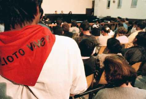 Un estudiante porta un pañuelo en el cuello con el nombre de Alioto López. (Foto Prensa Libre: Archivo)