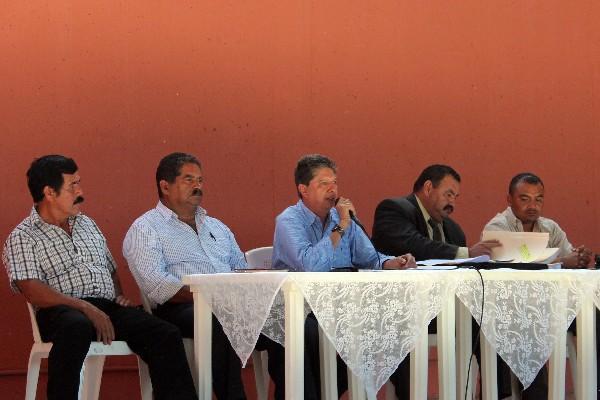 El alcalde Pablo Aguilar Morales —al micrófono— asegura que no dejará el cargo, pues la resolución de la CC no dice que deba hacerlo.