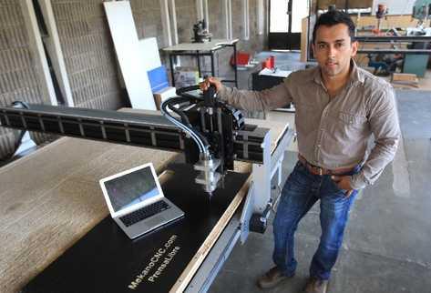 José Alberto Morán posa junto a una de las máquinas creadas por la empresa  MekanoCNC.com.