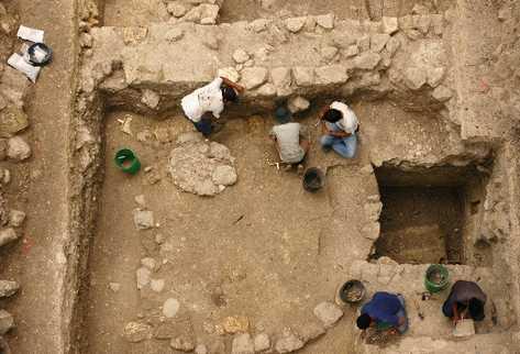 Arqueólogos trabajan en la Plataforma A-24,   en Ceibal, Petén.