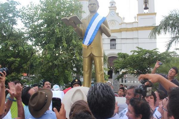"""La estatua fue instalada en la plaza que lleva el nombre del exmandatario. (Foto Prensa Libre: Edwin Paxtor)<br _mce_bogus=""""1""""/>"""