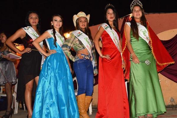 Ganadoras de los diferentes títulos que se disputaron durante el certamen de belleza. (Foto Prensa Libre: O Cardona)