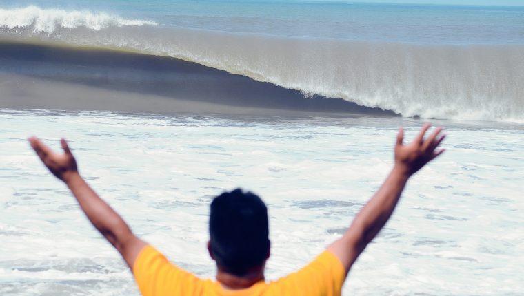 Un vecino  de Champerico, Retalhuleu, ora y pide por que el oleaje regrese a la normalidad. (Foto Prensa Libre: Jorge Tizol)