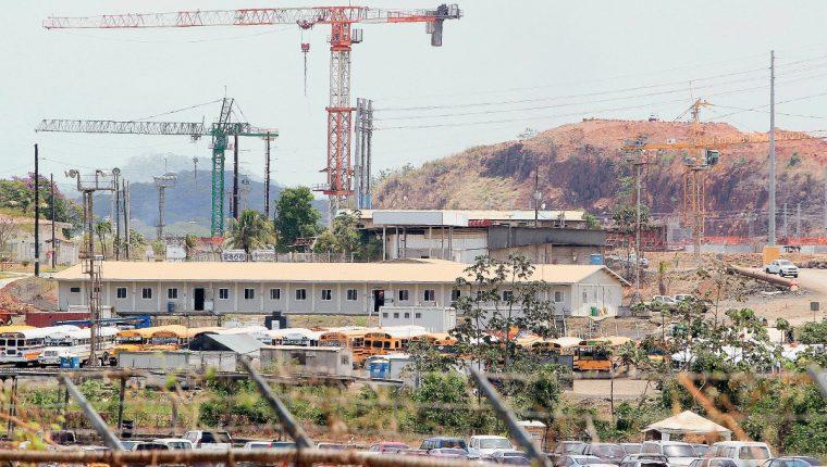 Se construyen dos complejos de esclusas de tres niveles cada una con tres tinas de reutilización de agua por nivel.(Fotot Prensa Libre: EFE)