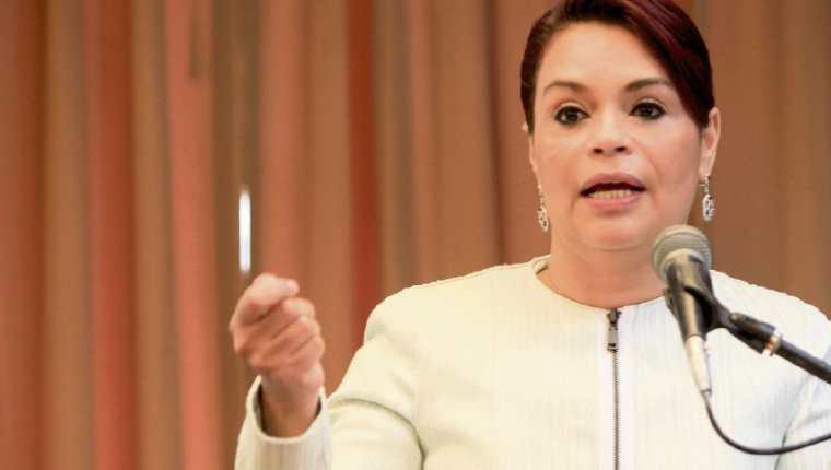 Roxana Baldetti, ex vicepresidenta, ya no podrá ingresar en Estados Unidos, debido a que ese país le retiró la visa y la de sus hijos —insertos—.