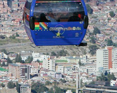Vista de una de las cabinas del teleférico, en La Paz, Bolivia) (Foto Prensa Libre: EFE)