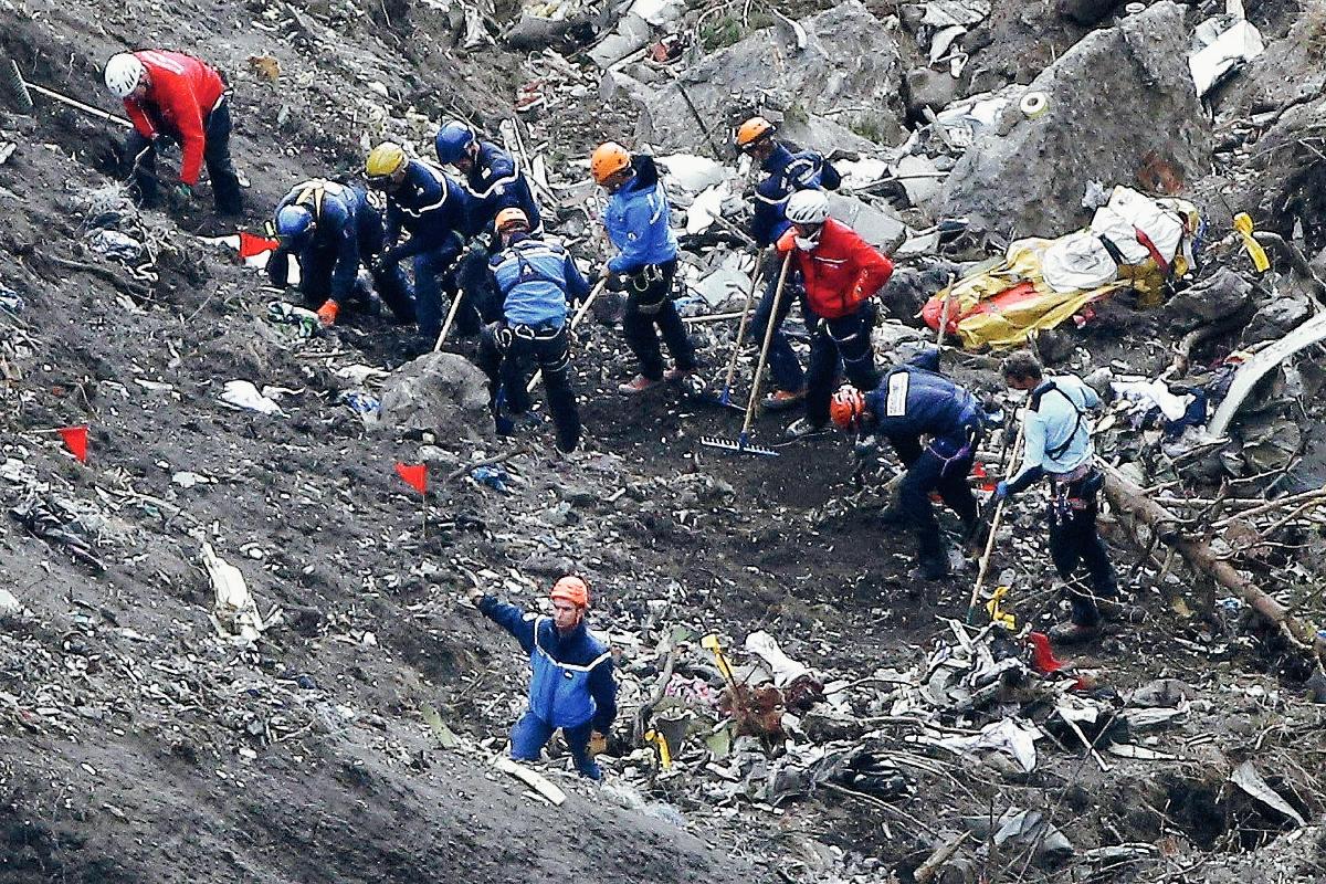 Equipos de rescate trabajan en los escombros del avión de Germanwings en el lugar del accidente(Foto prensa Libre:AP)-