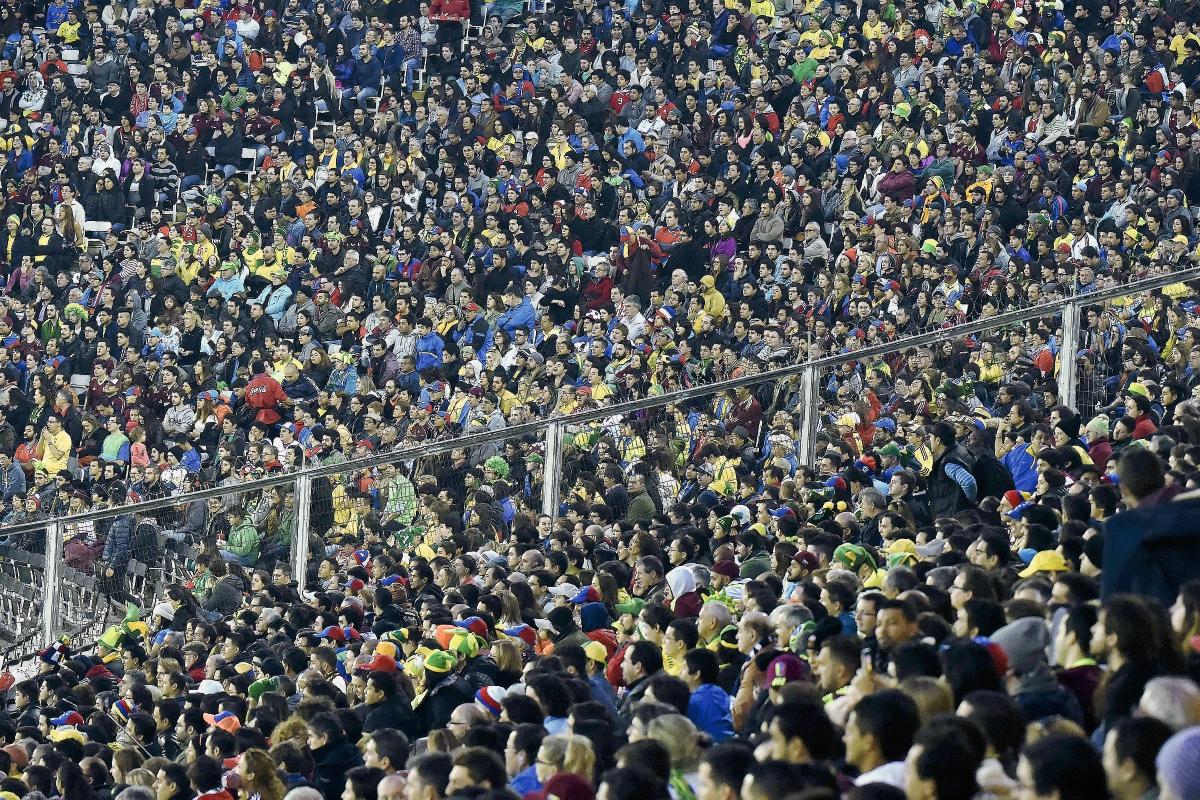 Miles de  aficionados se congregaron en el Estadio Monumental David Arellano en Santiago, en el juego de Brasil contra Venezuela. (Foto Prensa Libre:     AFP)