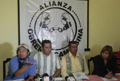 Representantes de  la Alianza Obrera Campesina durante la conferencia de prensa. (Foto Prensa Libre: Álvaro Interiano)