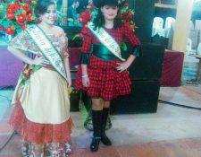 Las dos reinas electas, durante su presentación en La Casona del Parque Ecológico Los Laureles, en la ciudad de Chiquimula.  (Foto Prensa Libre: Edwin Paxtor)