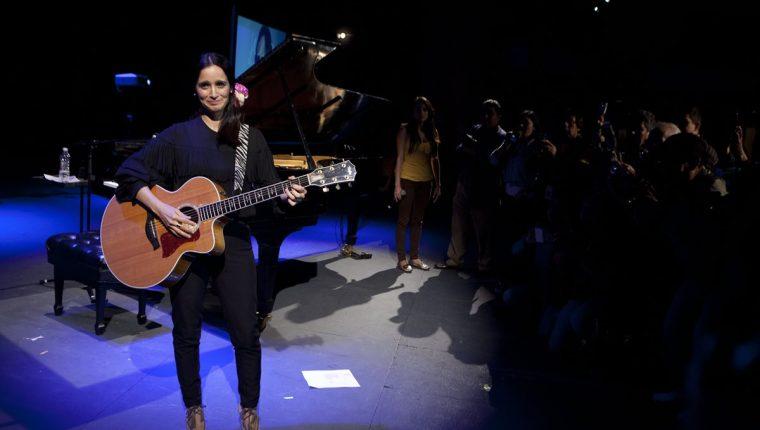 Julieta Venegas promociona el álbum Algo Sucede. (Foto Prensa Libre: AP)