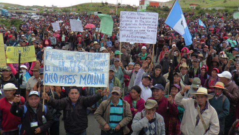 Cientos de pobladores de Santa Catarina Ixtahuacán, Sololá, salieron a manifestar contra Pérez Molina. (Foto Prensa Libre: A. Julajuj)