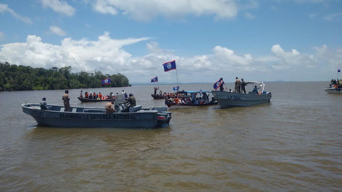 Una embarcación beliceña, con 180 tripulantes, intentó ocupar un islote en territorio guatemalteco. (Foto Prensa Libre: Ministerio de la Defensa)