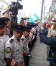 Policías y guatemaltecos hacen una barrera humana para permitir el ingreso de diputados al congreso. (Foto Prensa Libre: Mingob)