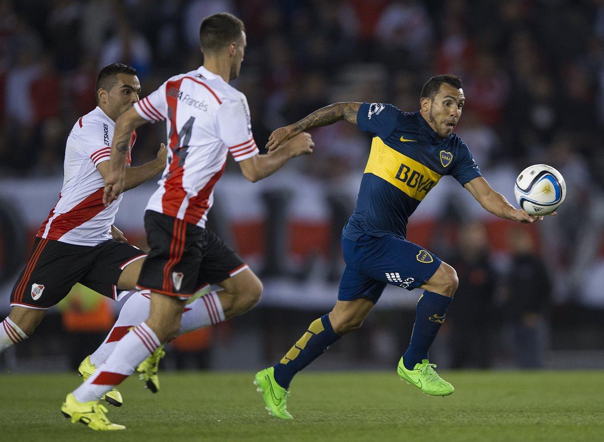 Carlos Tevez (d) en una acción del clásico argentino del fin de semana pasado contra River Plate (Foto Prensa Libre: AFP)