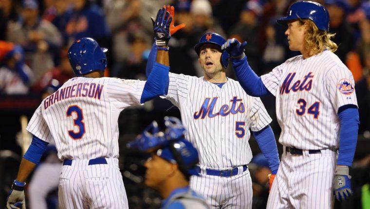 Los Mets celebran, después de vencer a los Reales y acortar la distancia en la serie. (Foto Prensa Libre: AP)