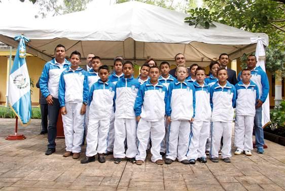 Los atletas que viajaran a Honduras fueron juramentados en el Ministerio de Educación-. (Foto Prensa Libre: Digef)