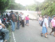 Tráiler volcado impide paso en km 182 de la ruta que conduce de Chiquimula a Esquipulas. (Foto Prensa Libre: Edwin Paxtor)