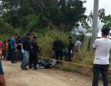 Agentes de la PNC inspeccionan el lugar donde se localizó a Yuman Barillas. (Foto Prensa Libre: Oswaldo Cardona)