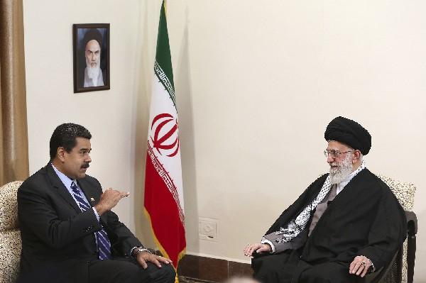 Nicolás Maduro (izq), en reunión con el líder supremo iraní, el ayatolá Ali Jamenei.