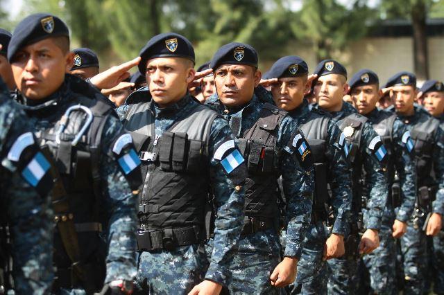 El acto de graduación se llevó a cabo este lunes con la presencia de autoridades de la PNC y el Mingob. (Foto Prensa Libre: Álvaro Interiano)