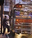 Los buses rojos, propiedad de Asopagua, llevarán una calcomanía que anuncia la continuidad del pasaje gratuito para los adultos mayores. (Foto Prensa Libre: Paulo Raquec)