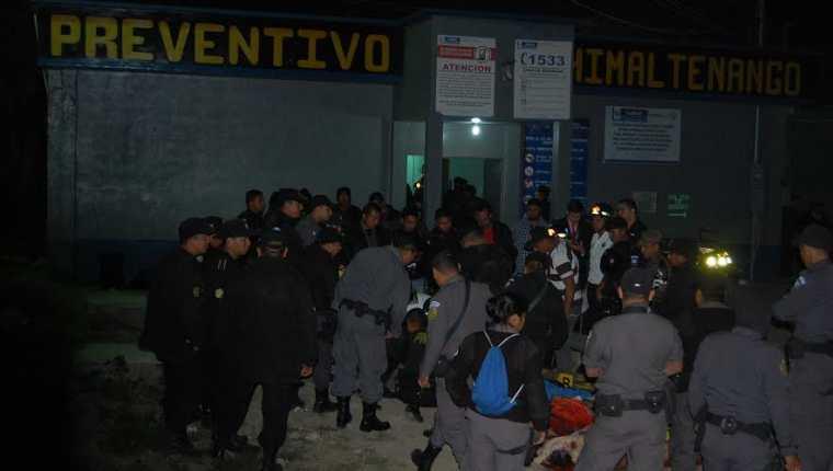Agentes de la PNC y del SP observan los cadáveres de los reos en Chimaltenango. (Foto Prensa Libre: Víctor Chamalé)