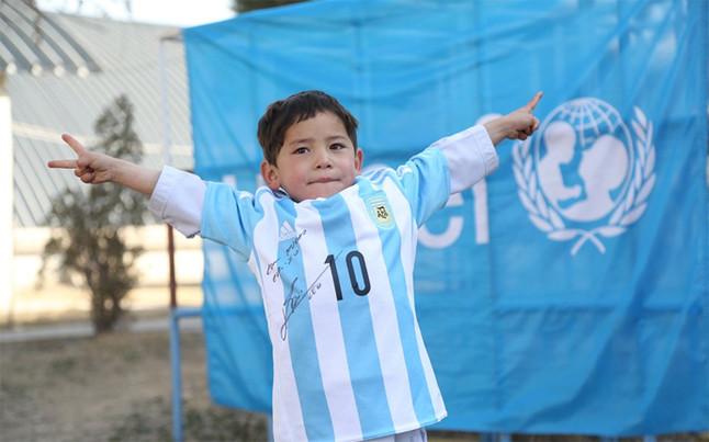 Esta es la fotografía que Unicef colgó en su cuenta de twitter donde se muestra al pequeño afgano con la camisa de Messi. (Foto Prensa Libre: twitter Unicef)