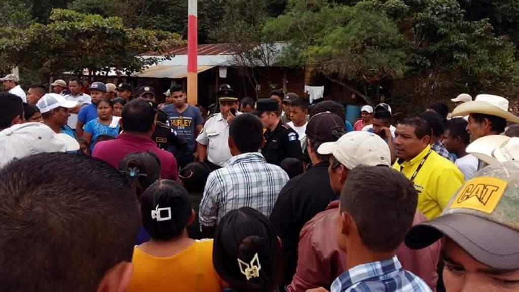 Delegados de los derechos humanos y agentes policiales dialogan con vecinos de La Libertad. (Foto Prensa Libre: Rigoberto Escobar)