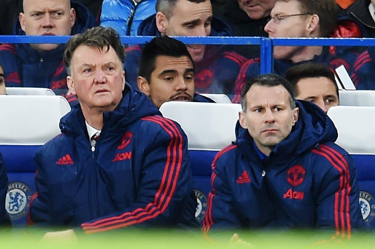 El técnico holandés del Manchester United, Louis Van Gaal junto a sus asistente técnico Ryan Giggs, durante el juego frente al Chelsea el fin de semana. (Foto Prensa Libre: EFE)