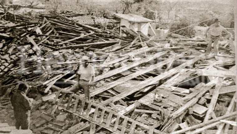 Vecinos buscan algún objeto de valor en los escombros de lo que antes fueron sus viviendas. (Foto Prensa Libre: Hemeroteca PL).