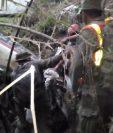 Equipo de rescatistas logran llegar a la ubicación donde se encontraba la avioneta accidentada. (Foto Prensa Libre: Ejército de Guatemala)