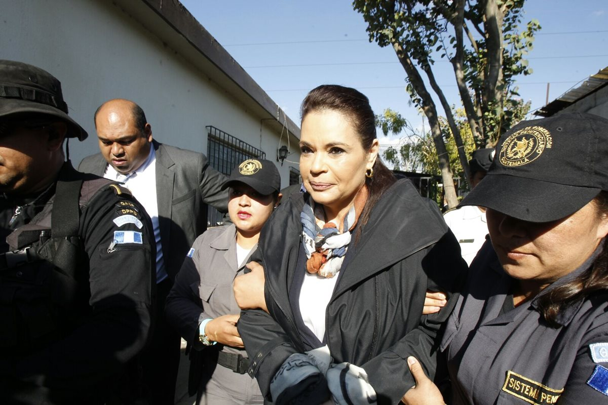 Vehículo en el que se trasladó a Roxana Baldetti al Juzgado de Villa Nueva. (Foto Prensa Libre: Estuardo Paredes)