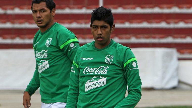 Omar Morales (atrás)no estará en el partido de Bolivia contra Argentina. (Foto Prensa Libre: EFE)