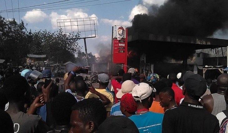 Mueren siete personas al estallar camión con combustible en Haití