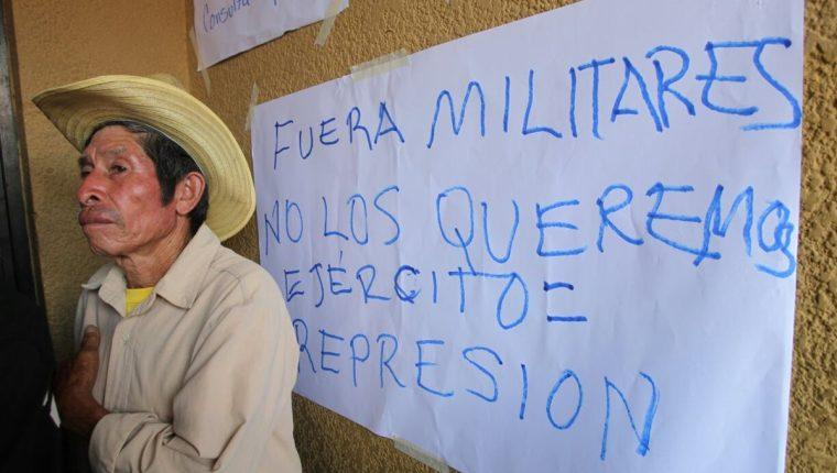 Vecinos de San Pedro Ayampuc protestan contra la presencia de soldados en el área. (Foto Prensa Libre: Érick Avila)