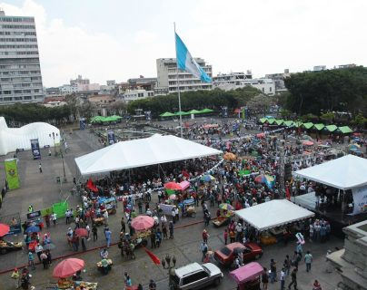 Los manifestantes realizan un plantón en la Plaza de la Constitución. (Foto Prensa Libre: Álvaro Interiano)