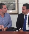 El presidente guatemalteco habló con periodistas de The New York Times en español, y esto opina sobre un muro que pretende construir Donald Trump en la frontera con México. (Foto Prensa Libre: The New York Times en Español)