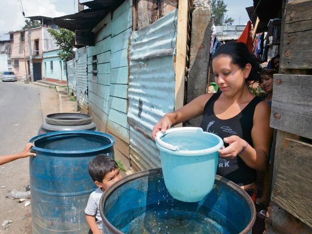 madre recurre a comprar agua de cisternas, que le abastecen en toneles, para consumo en su hogar.