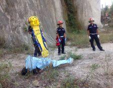 Bomberos Municipales localizaron el cuerpo de la adolescente. (Foto Prensa Libre: Bomberos Municipales)