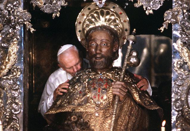 El papa Juan Pablo II abraza la imagen de Santiago en la Basílica de Santiago de Compostela, España. (Foto: Hemeroteca PL)
