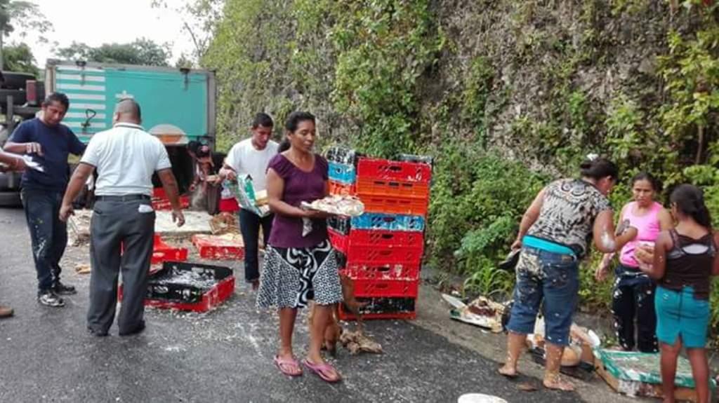 Curiosos se las ingenian para recoger el alimento, en Dolores, Petén. (Foto Prensa Libre: Walfredo Obando).