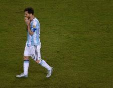 Leo Messi se siente frustrado luego de una nueva derrota con la albiceleste. (Foto Prensa Libre: AFP)