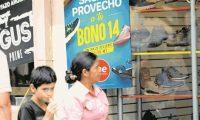 Guatemaltecos que reciben el bono 14 aumentan su poder adquisitivo. (Foto Prensa Libre: Hemeroteca PL)