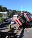 El tráiler se cruzó al carril contrario y quedó volcado sobre la cinta asfáltica, en la Ruta Interamericana. (Foto Prensa Libre: Estuardo Paredes)
