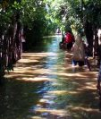 Pobladores de Telemán, en Panzós, Alta Verapaz, resultan damnificados por crecida del río Polochic. (Foto Prensa Libre: Conred)