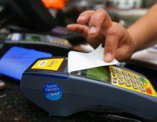 CONSUMO con tarjetas de crédito es el rubro del sector de créditos que no ha reportado baja en aplicación de tasas. (Foto Prensa Libre: Hemeroteca PL)