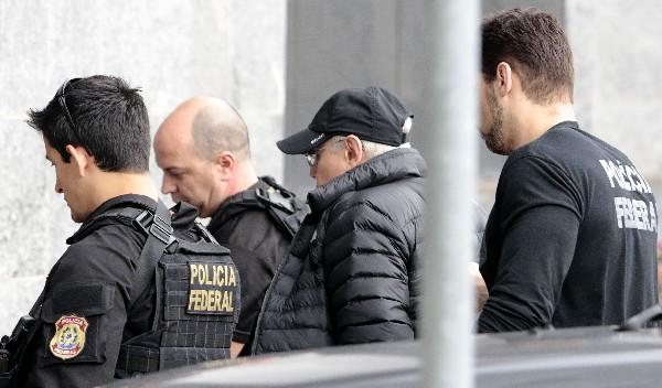 uido Mantega (2-d) es escoltado por la Policía luego de ser detenido en Sao Paulo, Brasil.(AFP).